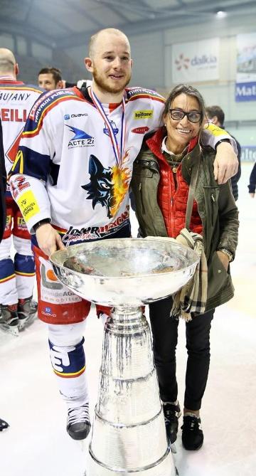 Guillaume Leclerc et sa mère Bénédicte avec la Coupe Magnus